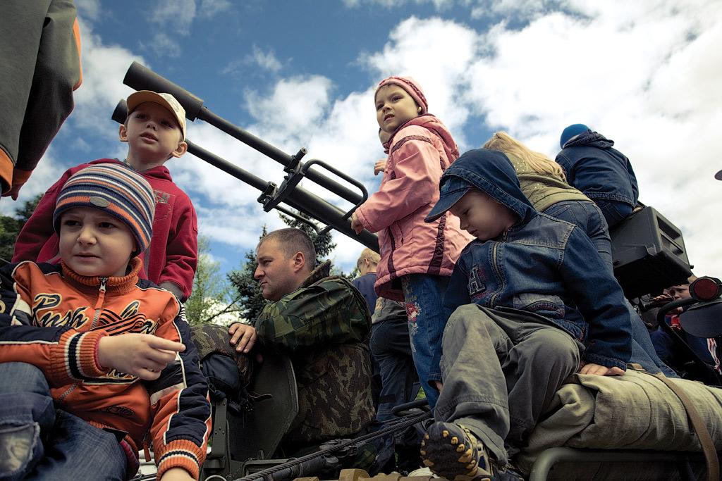 Парад 9 мая в Новороссийске. Дети на БМП