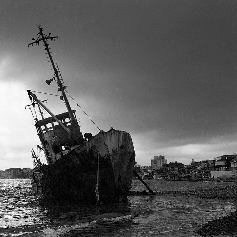 Новороссийск. Рыбацкое судно, выброшенное на берег в районе Алексино. фото Андрей Бондаренко