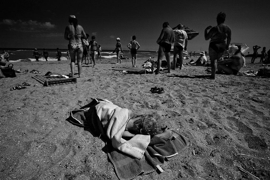 Тамань. Ребенок на пляже. Фото Андрей Бондаренко