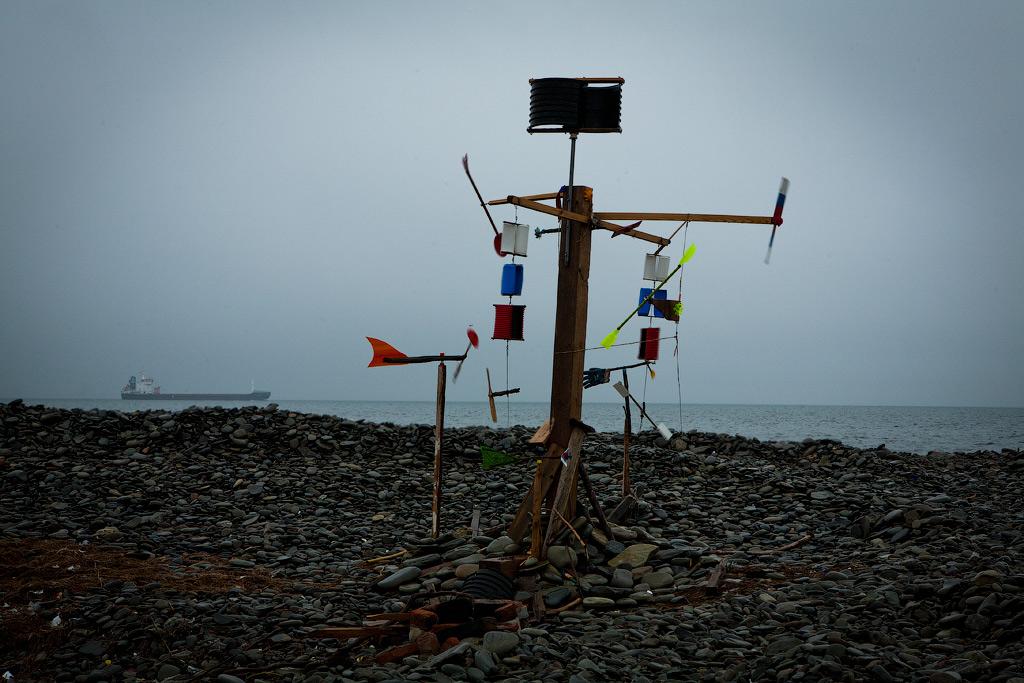 Флюгер из мусора выброшенного морем на Суджукской косе. фото Андрей Бондаренко
