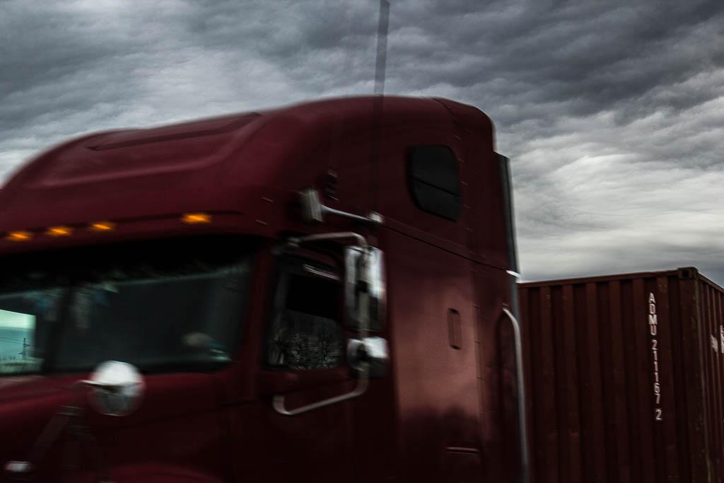 грузовик на дороге в Тамань